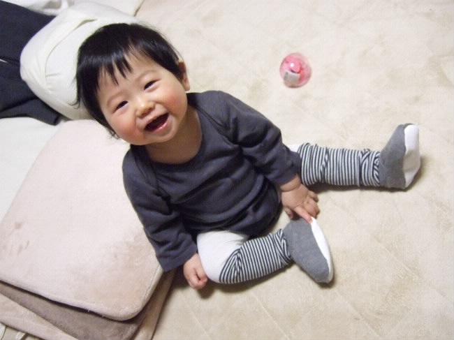 e6b80149ec342 タイツは女の子の物ってイメージがあって今まで買うの悩んだんだけど、赤ちゃんのムチムチアンヨにタイツ履かせるのが憧れだったのでとうとう買った。